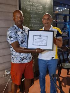Sylvestre Gaspal se voit remettre la médaille d'honneur du travail par Jean-François Naillet, président de LMB SAS